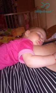 bebe doarme la san