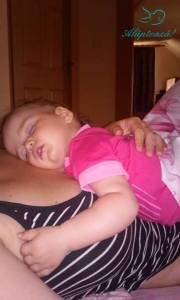 bebe doarme pe mami